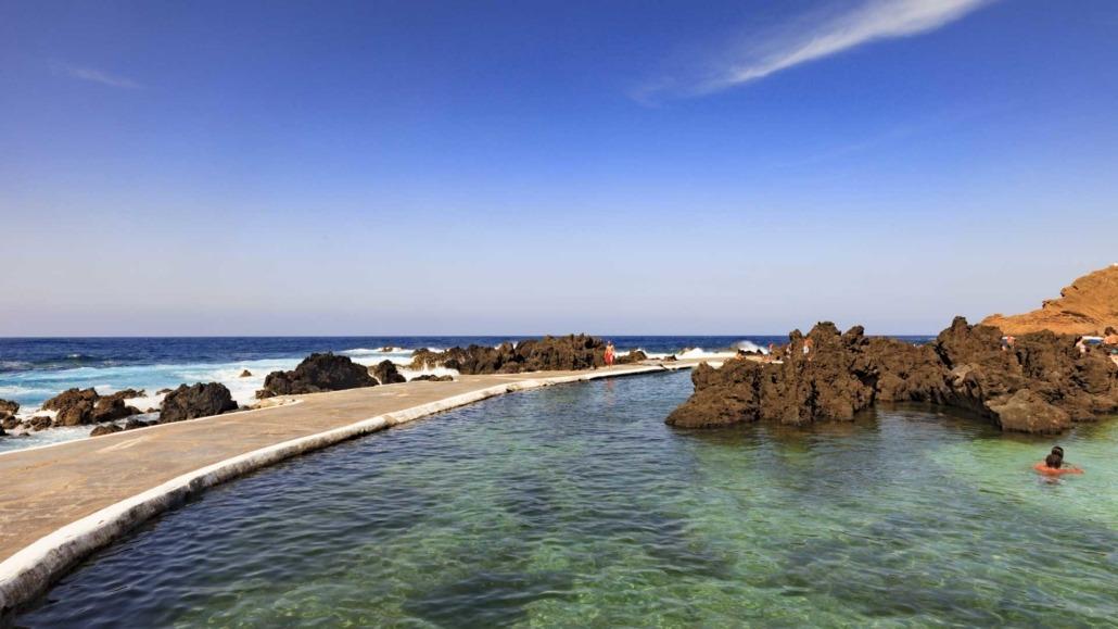 Piscines naturelles formées dans la lave volcanique de Porto Moniz, une des plus anciennes communes de l'île de Madère