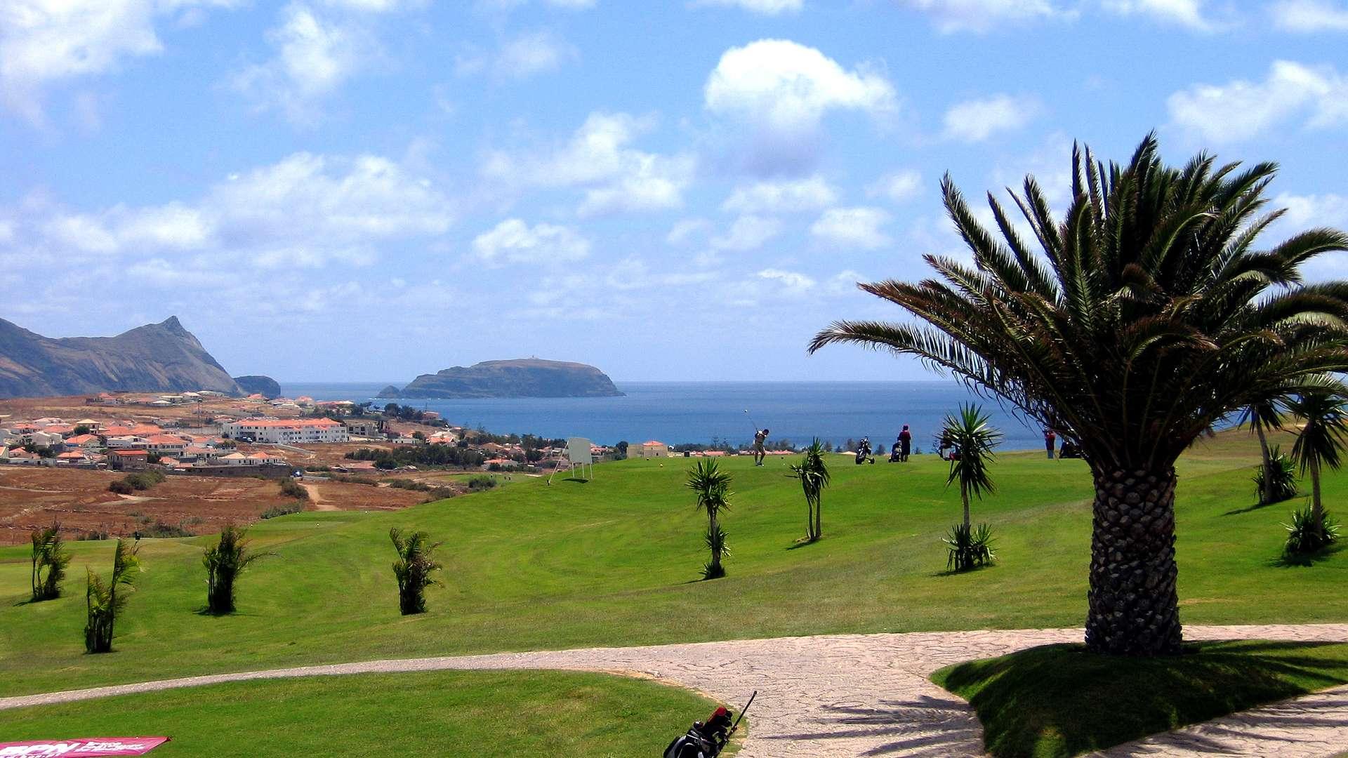 Sur l'île de Porto Santo le Porto Santo Golf est conçu par le champion espagnol Severino Ballesteros à travers lacs et falaises