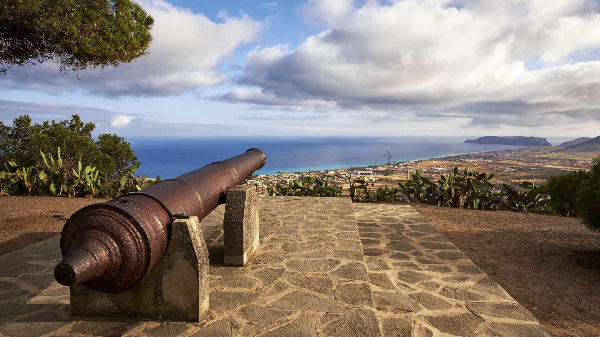 Île de Porto Santo, Forteresse de Pico do Castelo érigée au 16ème siècle, située à 437 mètres